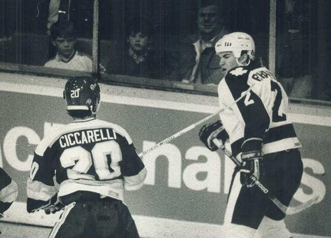 Дино Сиссарелли Люк Ридчардсонга кәшәкә белән бәрә. 1988 ел © Bernard Weil / Toronto Star via Getty Images
